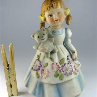 Meisje in jurk met beer