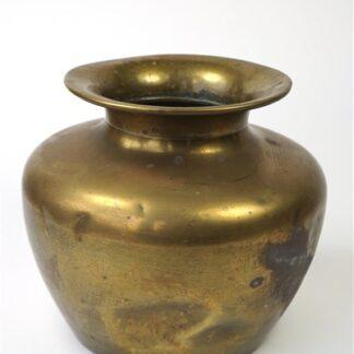 Oude messing vaas met deuken