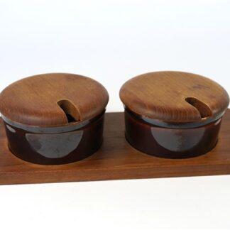 2 bakjes op hout ...