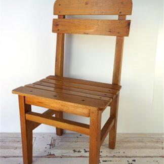 Klein houten stoeltje